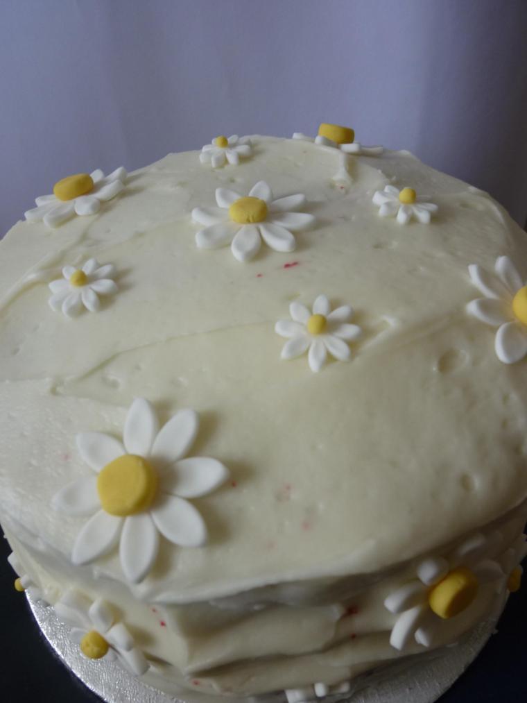 Sugarpaste daisy cake
